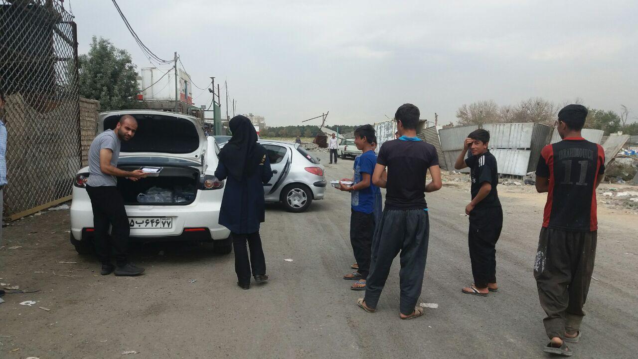 توزیع غذای گرم در میان کودکان کار جنوب تهران