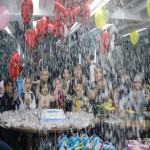 یکی از یاوران مهرآفرین برای ۹نفر از کودکان متولد آبان ماه جشن تولد گرفت.