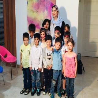 جشن خداحافظی مربی فداکار با کوچولوها/ مربی پیشدبستانیهای مهرآفرین برای بچهها جشن فارغ التحصیلی گرفت