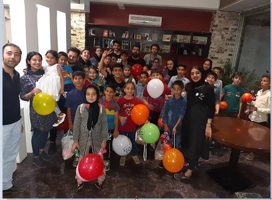 افطاری در کنار باب اسفنجی/ مراسم شاد یکی از یاوران کرجی برای کودکان مهرآفرین