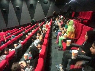 ۷۵نفر از کودکان مهرآفرین و بچه های کار و خیابان در سینمای مجتمع تفریحی کوروش، به تماشای انیمیشن جذاب و آموزندهinside out نشستند.