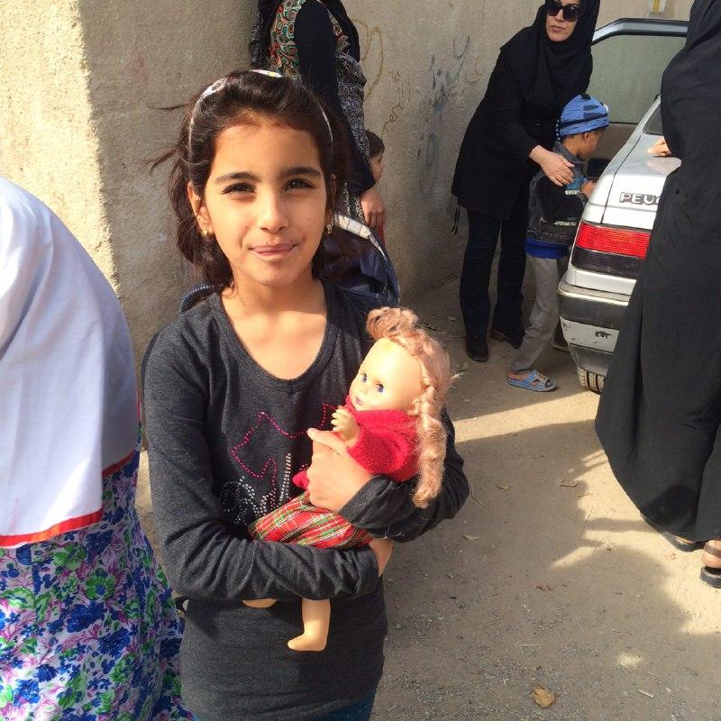 توزیع عروسک بین کودکان مهرآفرین