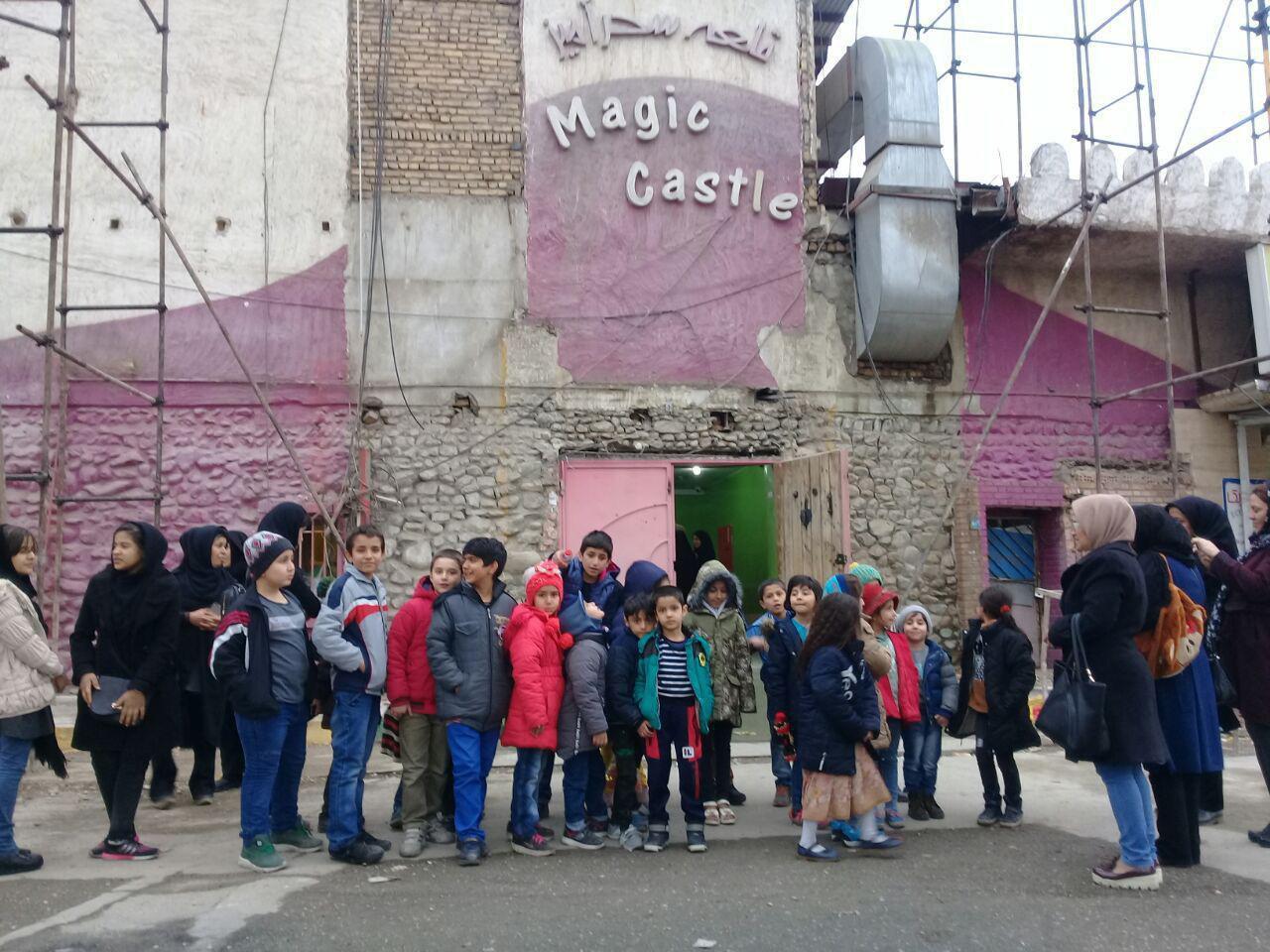 ۴۰ نفر از کودکان ۶ تا ۱۲ ساله مهرآفرین مهمان قلعه سحرآمیز بودند.