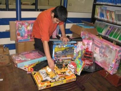 توزیع اسباب بازی بین کودکان مهرآفرین