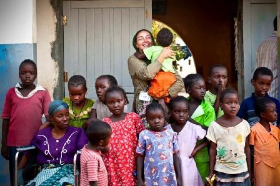 کتایون ریاحی برای اهدای کمک های مهرآفرین به آفریقا سفر کرد