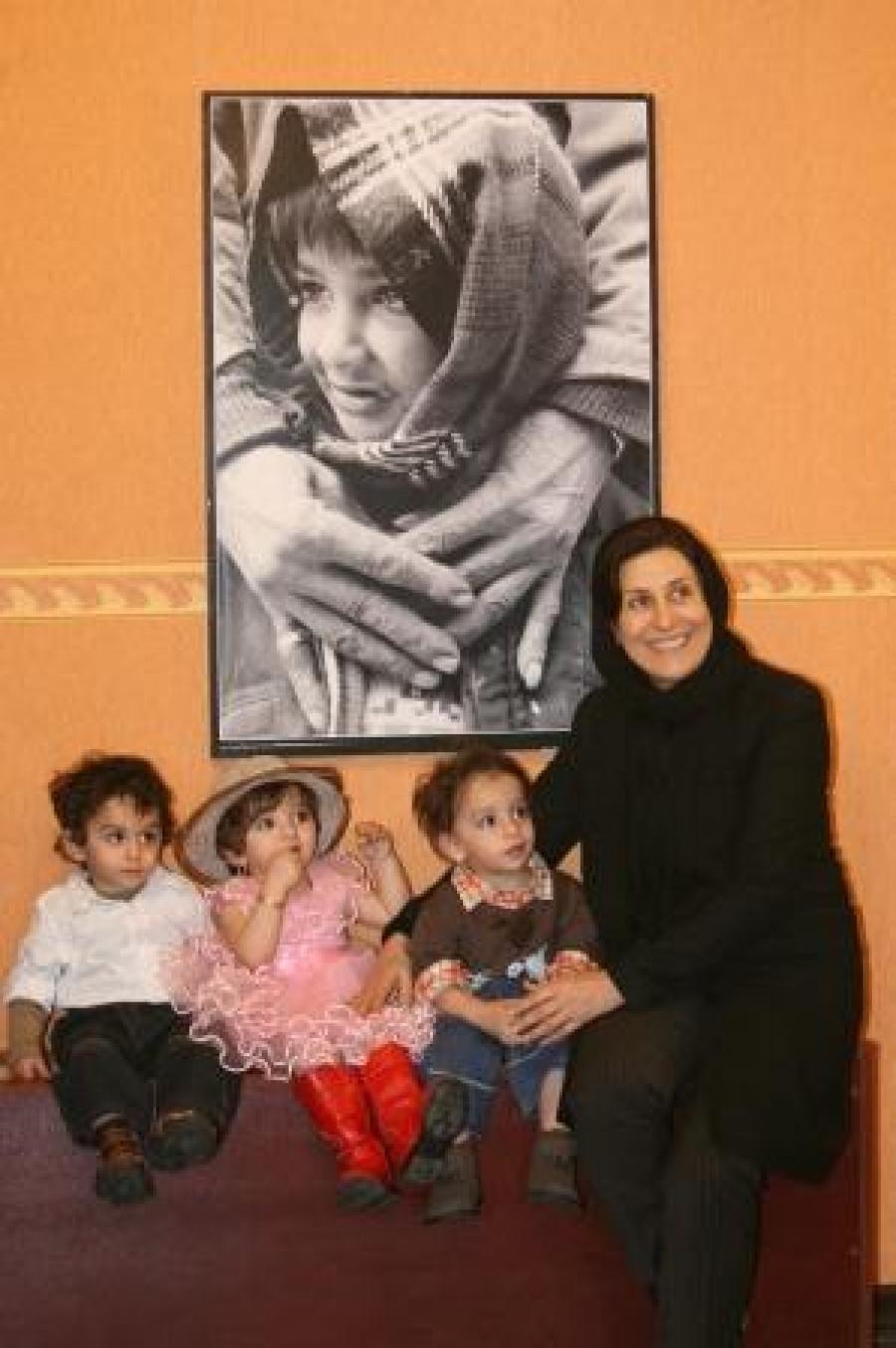 سفیر مهرآفرین در کنار سه قلوهاس تحت پوشش