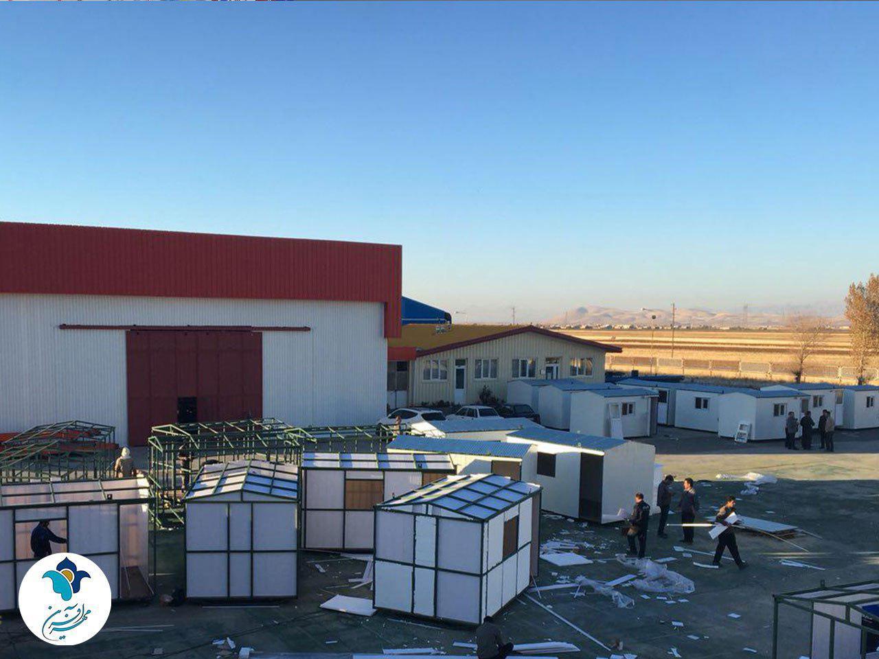 اولین کانکس مسکونی مهرآفرین در مناطق زلزله زده، به خانواده ای داغدار و پرجمعیت تحویل داده شد.