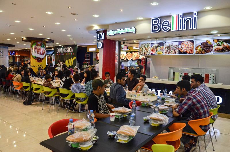 ۵۰نفر از کودکان مهرآفرین در روز تولد امام حسن مجتبی(ع) به ضیافت افطاری در فود کورت علا ٕالدین دعوت شدند.