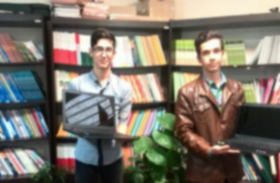 مهرآفرین به دانش آموزاني که در کنکور سراسری امسال بالاترین رتبه ها را کسب کرده اند، لب تاپ هدیه داد.